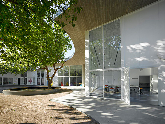 Light-colored ceramic tiles and concrete have a solar reflectance index (SRI), which in the arid, desertlike environment of the school by of Paredes Pedrosa Arquitectos, the building remains relatively cool even on sunny days.